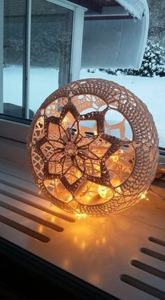 15 easy DIY knitting ideas - Her Crochet Lampe Crochet, Kate Und William, Doily Art, Doilies Crafts, Crochet Doilies, Big Knit Blanket, Crochet Home Decor, Ball Lights, Filet Crochet