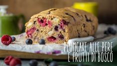 Plumcake vegano alle pere e frutti di bosco - Vegolosi.it Cake Vegan, Raw Vegan Desserts, Muffin, Banana Bread, Cake Recipes, Biscotti Vegan, Breakfast, Dolce, Food