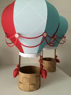 Balão de ar 3D feito em papel durinho scrapbook e papel kraft, tamanho de 30cm de altura contando com a cestinha, enviado pronto e montado.