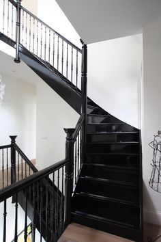 Authentieke houten tra[ - New Ideas Black Staircase, Staircase Railings, Staircase Design, Staircase Storage, Staircase Makeover, Interior Stairs, Interior And Exterior, Open Trap, Stairs To Heaven