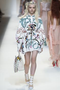 See all the Collection photos from Fendi Spring/Summer 2017 Ready-To-Wear now on British Vogue Catwalk Fashion, High Fashion, Fashion Show, Fashion Design, Fashion Trends, Milan Fashion, Fendi, Style Personnel, Style Haute Couture