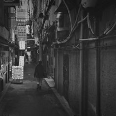 tak930 / #종로 의 어느 #뒷골목 #mother #somewhere #bnw #black #white #lumia1020 #lumia1020pic #41mp #carlzeisslens #zeiss #pureview #instawpphoto #wpphoto #instagood #instadaily #일상 #daily #snap #nokialumiaphotography #photooftheday #contestday #contestgram #lategram / 서울 종로 종로 / #골목 #설비 #사람 / 2014 01 07 /