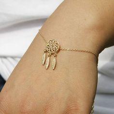 Bracelet fantaisie attrape rêvescomposé d'un pendentif  monté sur une chaîne en métal plaqué or 9k. Bracelet réglable convient à tous les poignets.