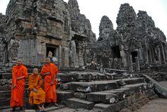 Monjes budistas en los templos de Angkor (Camboya)