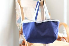 tuto gratuit, diy facile pour débutant en couture de sac réversible Diy Tote Bag, Reusable Tote Bags, Couture, Hamper, Bags, Learn To Sew, Fragrance, Tricot, Going Out