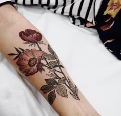 Forearm tattoos are so pretty! Tattoos Mandala, Tattoos Geometric, Forearm Tattoos, Flower Tattoos, Body Art Tattoos, Tatoos, Piercings, Piercing Tattoo, I Tattoo