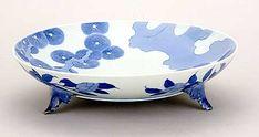Nabeshima – We wczesnych latach 17go wieku Nabeshima Naoshige, władca Klanu Sage, sprowadził grupę koreańskich garncarzy do Japonii. Wśród nich był garncarz Risampei który w 1616 odkrył białą glinkę wysokiej jakości w Izumiyama (góry Izumi w Arita). Przedmioty wykonywane z użyciem tych minerałów zwane są Hakuji (biała porcelana).  Wraz ze wzrostem popularności porcelany, klan Nabeshima dokładał starań utrzymywania technologii produkcji i technik dekoracji w ścisłej tajemnicy. Wspomagał ich w…
