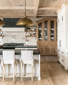 Kitchen Trends The New Traditional Kitchen — Heather Hungeling Design - Planked and paneled ceilings are on the rise for kitchens in Everyone is craving texture and - Home Decor Kitchen, Kitchen And Bath, Kitchen Interior, New Kitchen, Kitchen Island, Cozy Kitchen, Kitchen Wood, Kitchen Ideas, Küchen Design