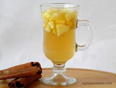 Chá de Maçã com Especiarias 1 maçã 1 xícara (de chá) de água 2 cravos 1 anis estrelado 1 pau pequeno de canela Açúcar, mel ou adoçante para adoçar