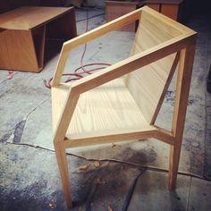 Silla de madera tallada a mano.