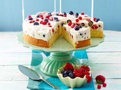Leichte Buttermilch-Torte mit gemischten Beeren