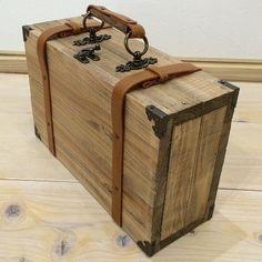 木箱をリメイクしてトランクケースを作りました。収納としてもいいですが、置いてるだけでインテリアになりますよ。プレゼントの箱に使ってもおしゃれです(^^)