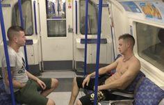 Multados por grabar un trio gay en el metro de londres Hommes Au Style Country, Westminster, Gym Equipment, Gay, Community Service, Printmaking, Workout Equipment