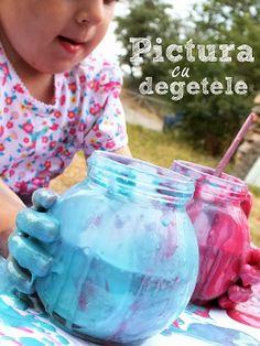 Pictura cu degetele, prima incercare - Clipe Frumoase cu Ema