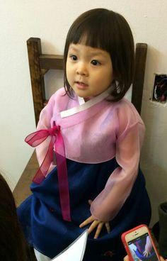 추 Korean Traditional, Traditional Dresses, Cute Kids, Cute Babies, Happy Little Pill, Superman Kids, Song Triplets, Korean Hanbok, Asian Babies