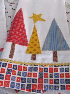 Panos de prato de Natal Christmas Applique, Christmas Tea, Christmas Sewing, Christmas Crafts, Patch Quilt, Quilt Blocks, Sewing Crafts, Sewing Projects, Baby Sheets