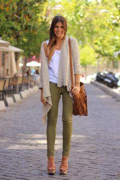 Tenue toute simple et basique, le pantalon kaki est la pièce importante ici, idéale pour aller au boulot et les bijoux tendance 2016