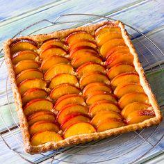 Tarte aux nectarines et palets bretons. Fait avec des galettes Saint-Michel et un mélange pêches/mirabelles. Excellent!