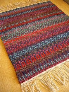 気付けば、もう、1月も半ば・・・ 三連休の最終日、穏やかな休日です、皆様いかがお過ごしですか? ・・・・・・・・・・・・ 昨年より織っていました... Inkle Weaving, Weaving Art, Weaving Patterns, Hand Weaving, Tapestry Design, Weaving Projects, Weaving Techniques, Knit Or Crochet, Rug Hooking