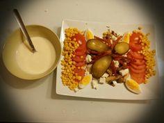 Nouvelle salade...tomate, oeuf, maïs, pommes de terre et champignons sautés, olive, feta et cornichon...