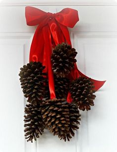 Have an abundance of pine cones this fall? Check out these 25 pine cone crafts and put them to good use! Pinecone crafts for the holidays. Noel Christmas, Simple Christmas, Winter Christmas, Christmas Wreaths, Christmas Crafts, Christmas Ornaments, Xmas, Natural Christmas, Primitive Christmas