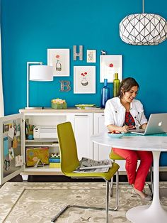 Some great ideas on how to create the perfect home office, even if your space is small. Lots of plans for the perfect layout and how to stay organized no matter where you want to put your home office: the bedroom, the guest room, even in a closet! Dining Room Office, Luxury Dining Room, Guest Room Office, Stock Cabinets, Filing Cabinets, Small Guest Rooms, Small Home Offices, H & M Home, Minimalist Furniture