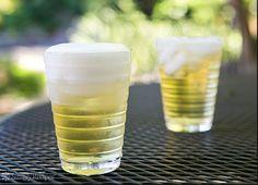 Panaché 1 cerveza 1 refresco de lima (Sprite, 7Up o gingerale) 1 gajito de limón Azúcar (decoración) Hielo  Preparación: Coloque el azúcar en un plato extendido. Moje el borde del vaso con el gajo de limón y después sumerja en el azúcar.  Llene la mitad del vaso con hielo y sirva media cerveza, lentamente, procurando que no haga espuma. Después, sirva el refresco que eligió. ¡A disfrutar!