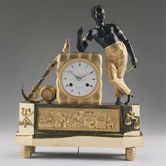 """péndulo """"Au Bon Sauvage"""" con la """"Matelot"""" Diseño y bronce:.. attr MICHEL a 1808ª Francia, era del Imperio a la 1808ª Ziffbl.-signo: """"Lesieur à Paris"""" de bronce dorado y patinado esmalte de los ojos el movimiento de ocho días con. engranaje de anclaje, suspensión hilo del péndulo, el impacto en una campana a la plena - hora y media"""