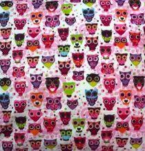 Deze vrolijke uitjesstof, daar kun je heel veel dingen leuke dingen mee maken. Wat dacht je van kussens, gordijnen, opbergzakjes voor de babykamer of kinderkamer. Laat je creativiteit los!    Op voorraad: 5 meter    Kleur: ondergrond is wit, andere kleuren zijn paars, roze en groen    Breed: 1.50 cm    Materiaal: 50% katoen, 50% polyester, wasbaar op 40º