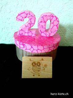 Geschenk zum 20. Geburtstag. Eine Box mit Découpage aufgehübscht und ein Stempel als Geschenk.