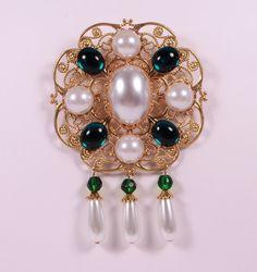 Weiße Perle Smaragd und Messing Tudor Brosche von RecycledRockstah