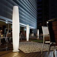 Maxi  Descrição: coluna cod. J030001. Em polímero com estrutura em metal pintado branco, uso externo.  Medidas: Ø28 x H:180cm  Cor: branco  Lâmpadas: 2x54W Fluorescente Tubular T5. Consumo: 108W  Design by: Joana Bover