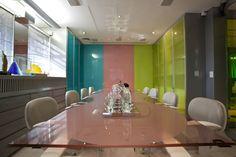 A generosa mesa de reuniões tem tampo de vidro colorido e acomoda confortavelmente os clientes. A sala é apoiada pela mapoteca e os armários são encaixados com perfeição nos vãos. A persiana de tecido translúcido filtra a iluminação natural