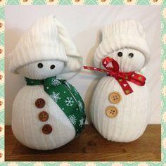 Des bonhommes de neige avec des chaussettes et des boutons