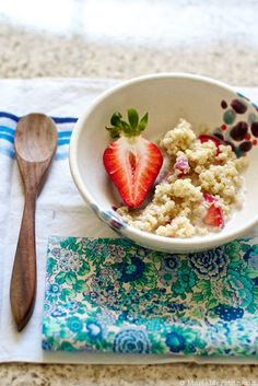 Strawberries n Cream Quinoa Porridge -- Ill substitute whipped (soy) yogurt for the whipped cream Strawberry Breakfast, Quinoa Breakfast, Breakfast Items, Brunch Recipes, Breakfast Recipes, Yummy Recipes, Recipies, Quinoa Porridge, Pudding