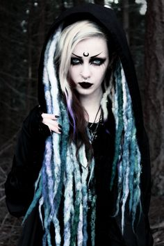 Beautiful Dreads looking fabulous on this goth gitl Witch Makeup, Halloween Makeup, Dark Beauty, Gothic Beauty, Gothic Hair, Punk Rock, Gothic People, Grunge, Fantasias Halloween
