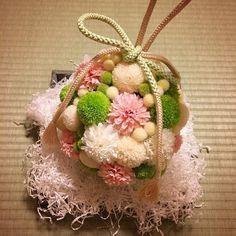 和装用ボールブーケ完成!! 母のお誕生日に、父は毎年お花を贈っています。 その時にお世話になっている地元のお花屋さんで 母と一緒に作りました〜っ*(^o^)/* * 造花とプリザーブドフラワーのミックス♡ プリザーブドフラワーはすごく繊細で… 前撮りで使った後、傷まないか心配してたら 結婚式当日までのケアはしてくださるそう♡ また思い出深いウェディングアイテムが増えました♡ #ボールブーケ #和装ブーケ #ピンポンマム #アートフラワー #造花 #プリザーブドフラワー #前撮りグッズ #前撮りブーケ #和装 #色打掛 #和婚 #京都婚 #プレ花嫁 #花嫁diy #日本中のプレ花嫁さんと繋がりたい #2016wedding #2016swd #2016春婚 #2016挙式
