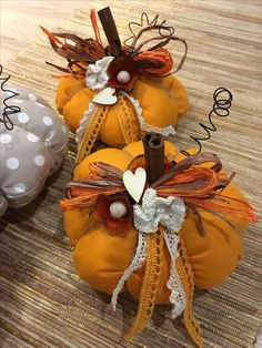 Autumn Crafts, Holiday Crafts, Christmas Diy, Christmas Ornaments, Fabric Pumpkins, Fall Pumpkins, Fall Halloween, Halloween Crafts, Adornos Halloween