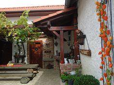 Dvorek má zcela otevřenou část, část krytou pergolou a zastřešenou kuchyň.