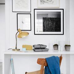 Áreas de trabalho não precisam ser monótonas. Use e abuse de #pinturas , #fotos e #quadros naquelas #paredes vazias,  incremente com suas peças favoritas e faça combinações para enriquecer esse espaço e assim você vai ter um cantinho que além de lindo vai estimular mais a sua criatividade e imaginação  . . . . . #decoração #interiores #instadecor #inspiração #decor #decoraçãodeinteriores #decoracao #casa #instadesign #instahome #homestyle #ideias #decoration #decorando #decorar #aparta...