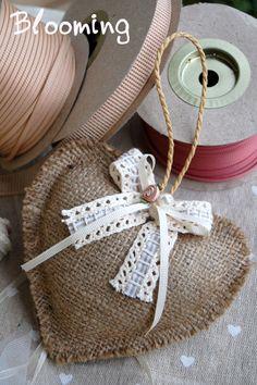 Μπομπονιέρα μαξιλαράκι λινατσα σε σχημα καρδούλα. Hessian Crafts, Twine Crafts, Vintage Bedroom Decor, Christening Favors, Knitted Heart, Lavender Bags, Christmas Crafts For Gifts, Sewing Pillows, Heart Ornament
