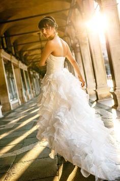Braut in einem wunderschönen Brautkleid beim After-Wedding-Shooting in Venedig. Foto: ROCKSTEIN fotografie
