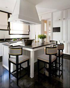 Cocina blanco y negro. Cortinas con marco negro. Isla central con zona desayuno. Pablo Paniagua