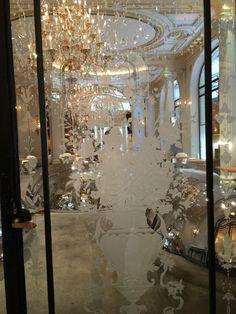 Portes de verre gravé, sculpté du restaurant Ducasse Hotel Plaza Athénée.  http://www.france-vitrail.com/
