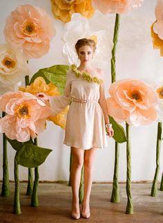 De plena actualidad en bodas, otras ceremonias y en decoraciones, tanto particulares como de negocios, las flores gigantescas rellenan cua...