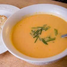 #Potage aux #carottes rôties, #croûtons au #fromage de chèvre Garlic Cheese, Cheese Soup, Main Meals, Thai Red Curry, Cantaloupe, Healthy Recipes, Healthy Food, Yummy Food, Fruit