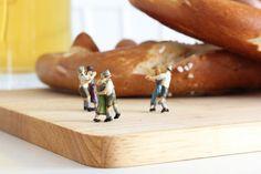 Tanzende Mini-Figuren auf dem Brotzeit-Brett mit Brezel! Die kreative Deko-Idee für Deine eigene Oktoberfest-Party findest Du auf www.noch-kreativ.de