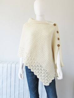Free Crochet Poncho Pattern, Beginner Level - Crochet Dreamz This free crochet poncho pattern has a knit look to it. Simple yet classy, this beginner poncho is made from a simple rectangle. Blog Crochet, Poncho Au Crochet, Crochet Poncho Patterns, Crochet Shawls And Wraps, Crochet Lace, Crochet Stitches, Free Crochet, Ravelry Crochet, Beginner Crochet