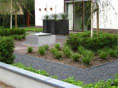 Tuin | Moderne voortuin met rvs waterbak.