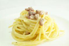 La pasta alla Carbonara è uno dei primi piatti che hanno reso famosa la cucina di Roma in Italia. Gustosa perché preparata con ingredienti popolari.
